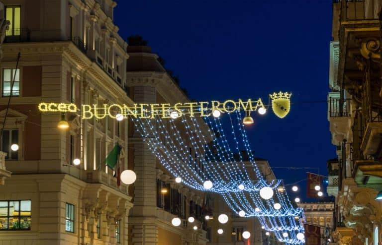 כיכר פיאצה די ספניה ומדרגות טריניטה דיי מונטי במהלך חג המולד, עם קישוטי אורות ועץ חג המולד